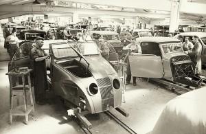 """Moderne Zeiten auch bei Karmann: """"Fließende"""" Montage des Adler """"Autobahnwagen""""-Cabrio (links) um 1938."""