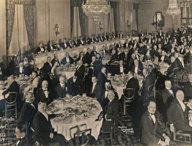 Wilhelm Karmann (Tisch vorne links, 3. von links) beim Weltautomobiltransport-Kongress 1924 in Detroit. Foto: Museum Industriekultur
