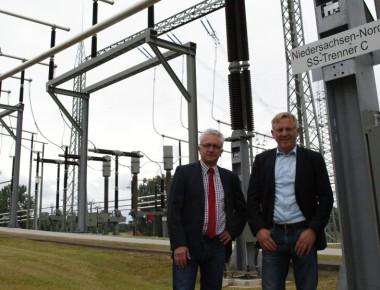 Die Hüter des Stahlwaldes: Andreas Preuß (links) und Norbert Krebeck von der Firma Amprion im Umspannwerk in Westerkappeln-Velpe.