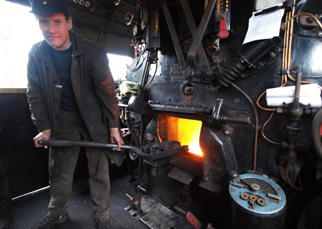 Knochenarbeit? Ja, sicher. Aber sein Einsatz auf der Dampflok bedeutet für Heizer Stephan Jeggle vom Verein Eisenbahn-Tradition aus Lengerich eben auch jede Menge Spaß und Faszination. Foto: Ulrike Havermeyer