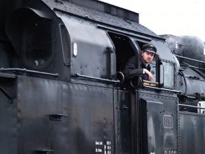 Lokführer Felix Reckert hat den Streckenverlauf fest im Blick. Foto: Frank Wiebrock