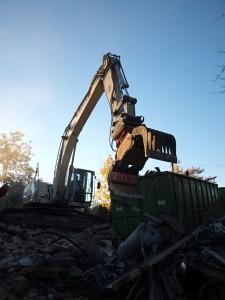 Das große Fressen? Von wegen: Die Hauptbeschäftigung des Terex besteht darin, die verschiedenen Baumaterialien des Abrisses zu sortieren.