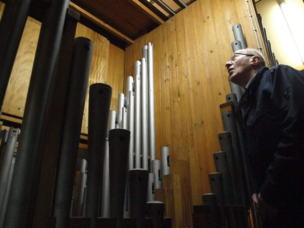 Lauter gute Kollegen: Organist Winfried Schmidt stattet den Orgeltönen, die gerade in ihren 1272 Pfeifen schlummern, einen Besuch ab. Foto: Ulrike Havermeyer