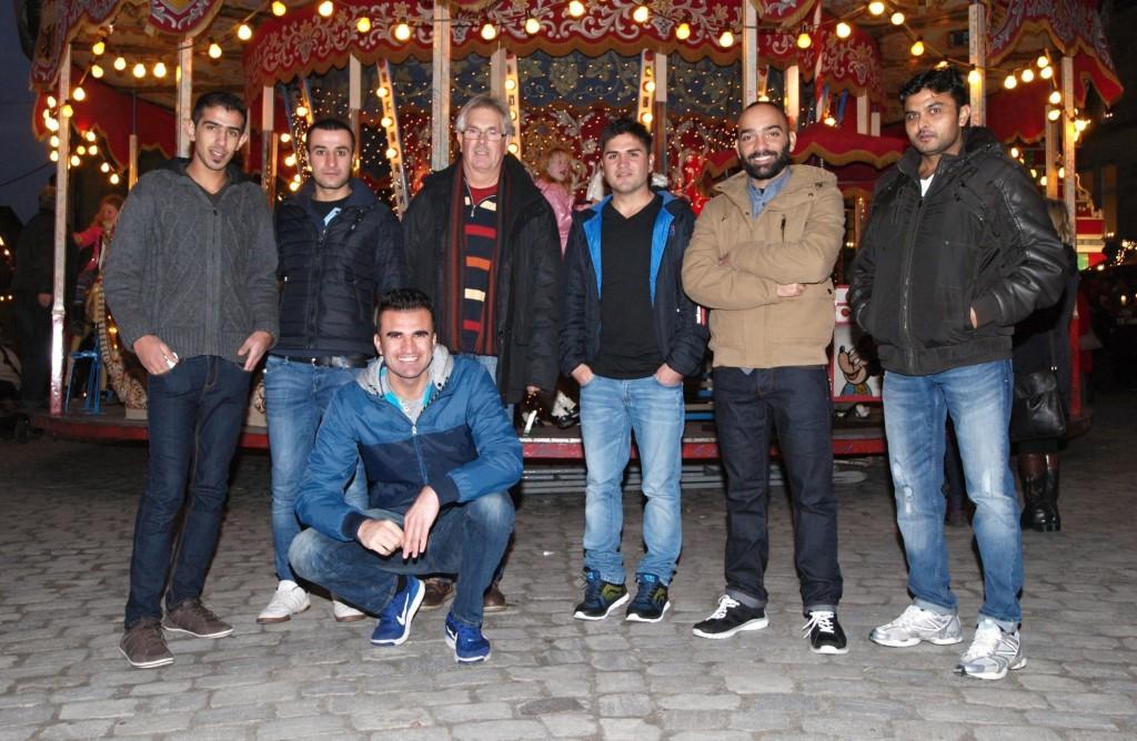 Genossen den weihnachtlichen Trubel: Gerhard Böhmer (Vierter von links) besuchte mit einer Gruppe Westerkappelner Asylbewerber den Weihnachtsmarkt in Osnabrück. Foto: Ulrike Havermeyer
