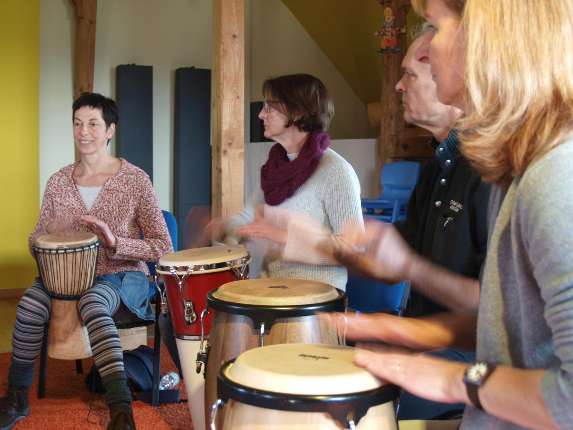 """In der Gruppe macht Trommeln am meisten Spaß (von links): Sabine, Christiane, Reinhard und Claudia versuchen sich an der rhythmischen """"Teekanne"""". Foto: Ulrike Havermeyer"""