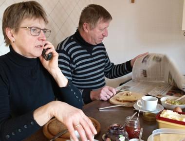 Frühstücksrituale: Während ihr Mann seine obligatorische Scheibe Brot mit Honig genießt und dazu die Tageszeitung nach bekannten Gesichtern durchforstet, spricht Ulla Middendorf  aktuelle Termine ab.