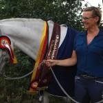 Echte Champions: Manuela Fischer und ihr spanischer Hengst Nocturno haben es als Drittplatzierte bei der ersten Deutschen Meisterschaft der klassisch-barocken Reiterei auf Anhieb mit aufs Siegertreppchen geschafft. Foto: Ulrike Havermeyer