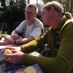 Genau hinschauen und jede Menge Fachwissen aktivieren - das müssen Jens Pallas (links) und Christian Blom, um die bis dahin namenlosen Äpfel der Ratsuchenden der richtigen Sorte zuzuordnen. Foto: Ulrike Havermeyer