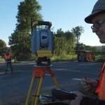 Jörn Lindemann (rechts) und sein Kollege Matthias Walterskötter ermitteln mit dem Tachymeter den genauen Grenzverlauf der einzelnen Flurstücke. Foto: Ulrike Havermeyer
