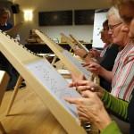 """Bereits nach wenigen Minuten können auch """"musikalische Analphabeten"""" auf der Veeh-Harfe mühelos die ersten Melodien spielen. Foto: Ulrike Havermeyer"""