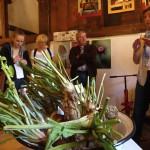 Heilpflanzenexpertin Brigitte Schürkamp (rechts) erklärt den Teilnehmern, wie sich aus den Wurzeln des Meerrettichs eine wärmende Kompresse herstellen lässt. Foto: Ulrike Havermeyer