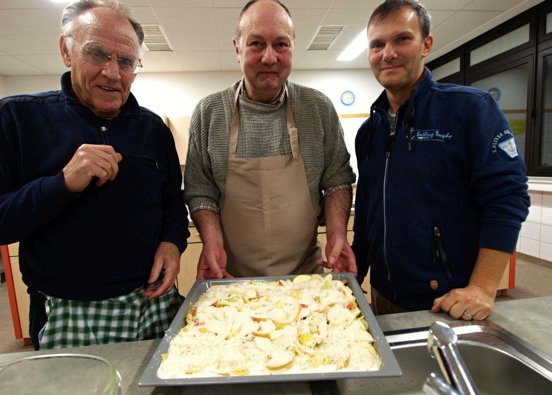 Die Drei von der Kochstelle (von links): Werner Korte, Hans-Jürgen Klose und Christian Herden bereiten einen Birnen-Apfel-Kartoffel-Gratin zu. Foto: Ulrike Havermeyer