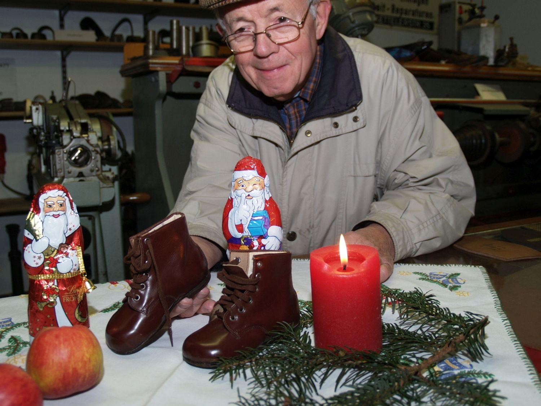 Der Stiefelchen wahre Bedeutung: Dem Nikolaus ist es egal, wie schlicht oder wie alt das Schuhwerk ist, in das er seine Gaben verteilt. Für Fritz Lubahn vom Schuhmachermuseum in Ladbergen sind die braunen Lederstiefelchen aus dem Jahre 1941, ein Geschenk aus Westerkappeln, dagegen eine echte Rarität. Foto: Ulrike Havermeyer
